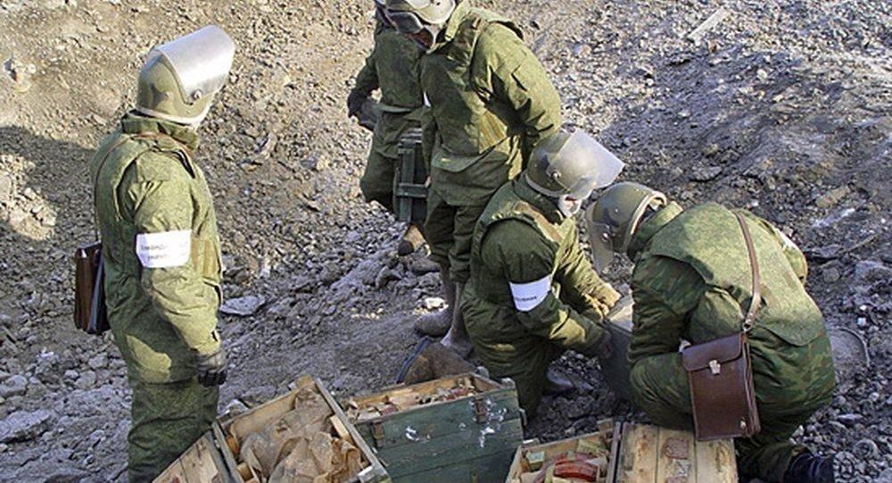 Sapadores russos durante a demolição de uma base militar na região de Chukotka