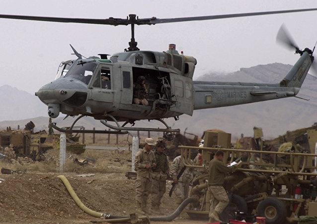Helicóptero militar dos EUA AH1-Huey no aeroporto de Candaar, Afeganistão (foto de arquivo)
