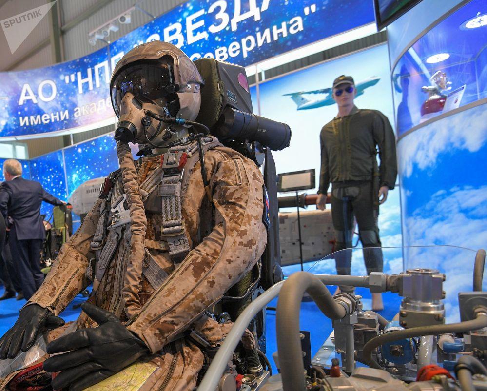 Assento ejetável e o traje do piloto de caça de quinta geração Su-57