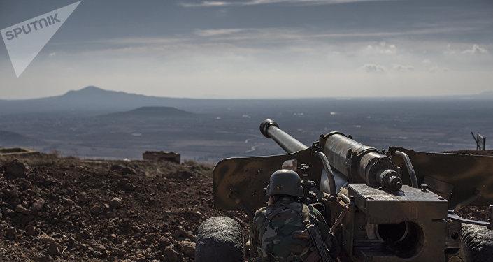 Soldado sírio observa território na província de Quneitra