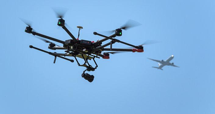 Drone no céu com avião no plano de fundo