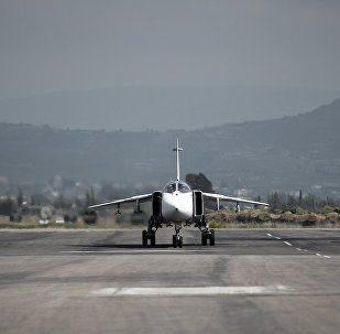 Bombardeiro polivalente russo Su-24 sendo preparado para partir da base aérea de Hmeymim, na província síria de Latakia, Síria, 11 de março de 2016