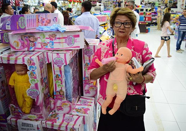 Mulher segura suposta boneca transexual