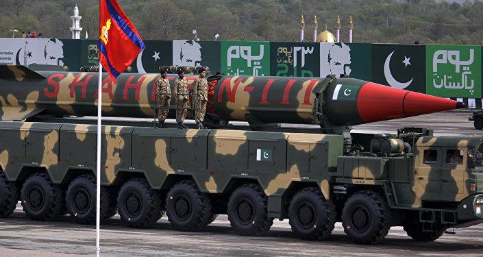 Míssil balístico Shaheen-III do Paquistão durante desfile militar em Islamabad (foto de arquivo)