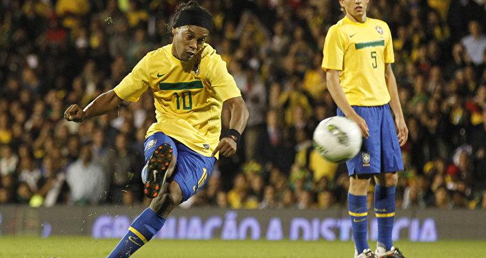 Ronaldinho levou o prêmio por dois anos consecutivos: 2004 e 2005.