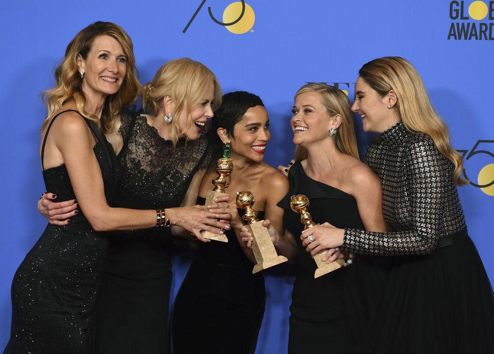 Atrizes (da esquerda) Laura Dern, Nicole Kidman, Zoe Kravitz, Reese Witherspoon e Shailene Woodley com prêmio para a melhor minissérie durante a 75ª cerimônia dos Prémios Globo de Ouro
