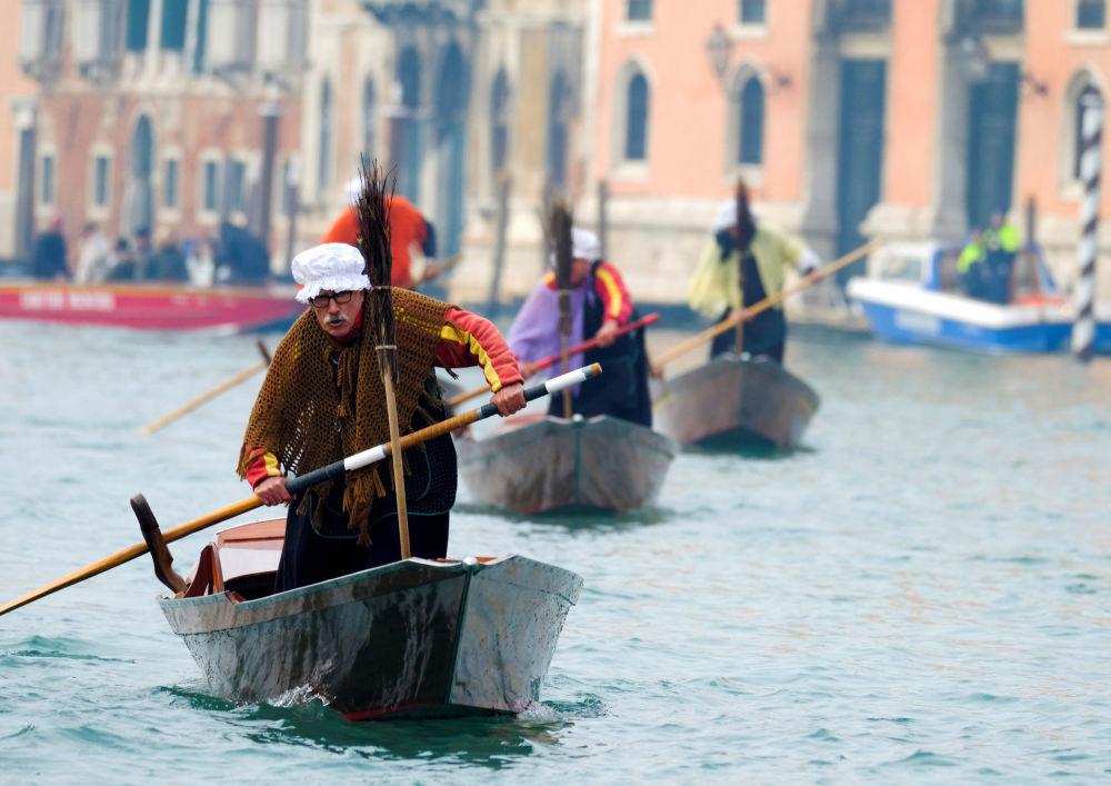 Gondoleiros em trajes de La Befana durante o Dia de Reis em Veneza