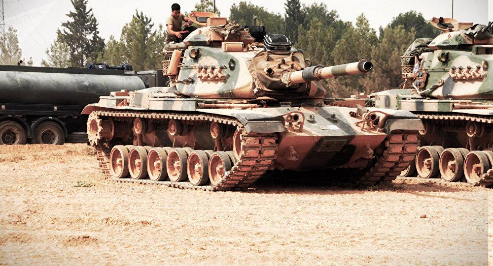Um tanque turco nas proximidades de Jarablus, na Síria, perto da fronteira com a Turquia