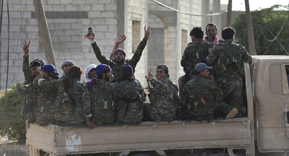 Soldados árabes e curdos com as Forças Democráticas da Síria em um caminhão