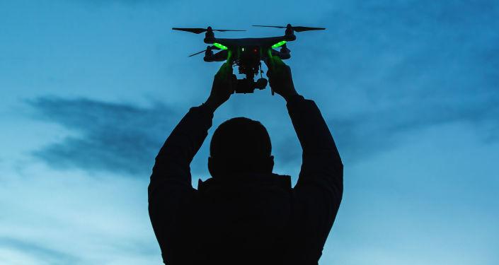 Homem lançando um drone