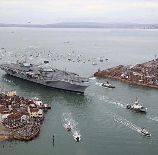 O porta-aviões britânico HMS Queen Elizabeth em Portsmouth, Reino Unido