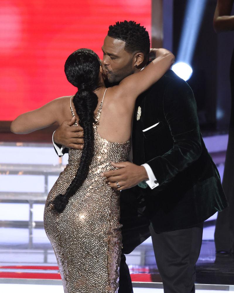 Atriz Tracee Ellis Ross e ator Anthony Anderson se abraçam após ganharem um prêmio na categoria de série de humor, com Black-Ish, durante o concurso NAACP Image Awards, na Califórnia, EUA, em 15 de janeiro de 2018