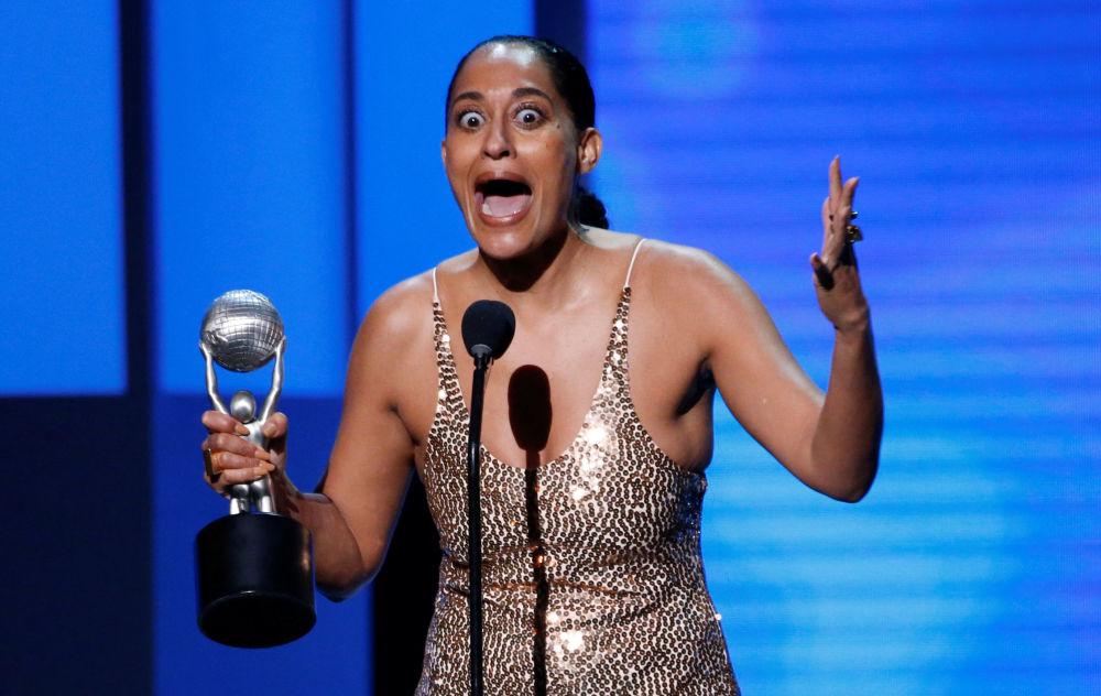 Atriz Ellis Ross não contem suas emoções após ganhar um prêmio pelo seu desempenho artístico na série de humor Black-Ish, no concurso NAACP Image Awards, na Califórnia, EUA, em 15 de janeiro de 2018