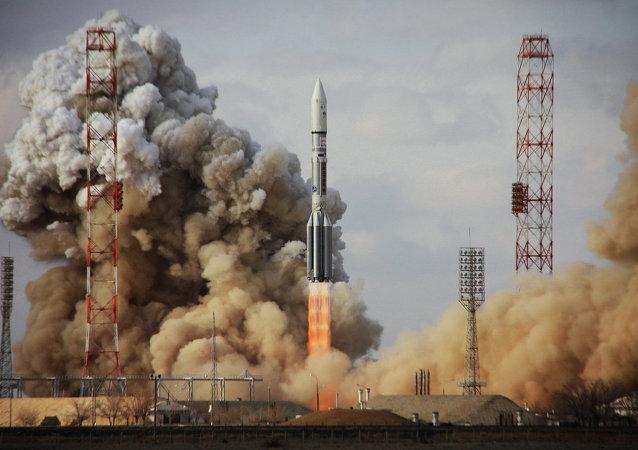 Lançamento do foguete portador russo Proton-M com satélite Intelsat-22