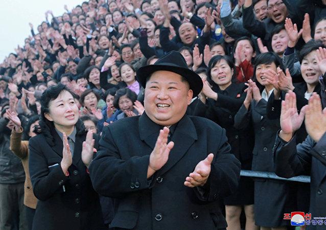 Líder norte-coreano, Kim Jong-un, durante sua visita a uma instituição de ensino