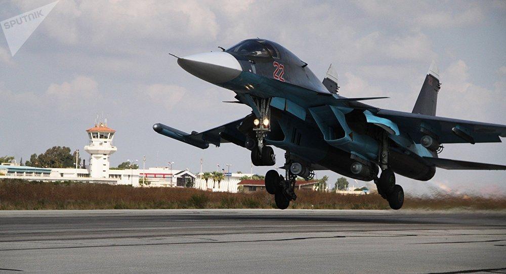 Bombardeiro russo Su-34 decola da base aérea russa de Hmeymim na Síria