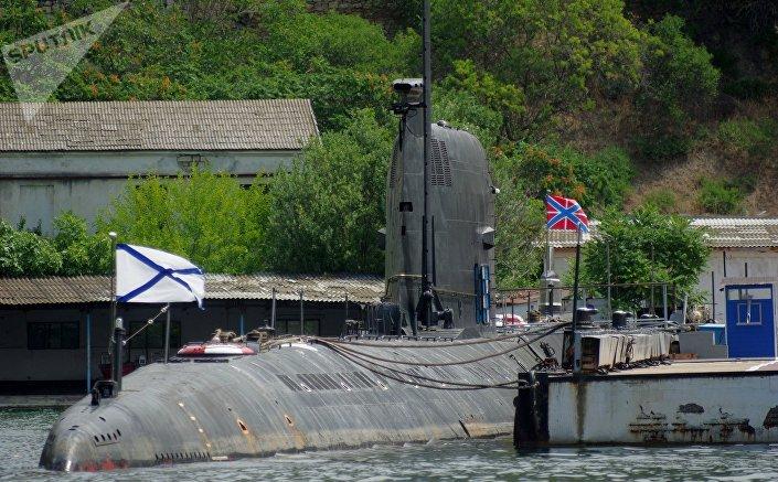 Submarino Zaporozhie estacionado na Crimeia.