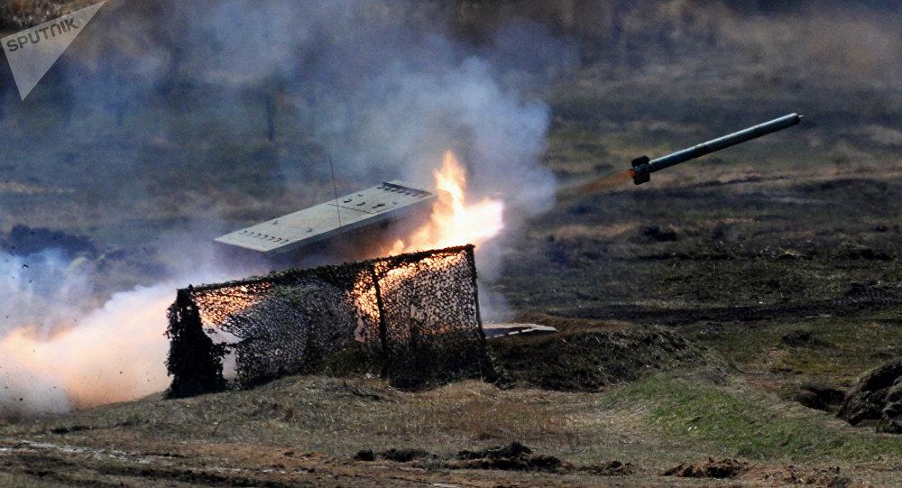 Sistema múltiplo de foguetes pesado TOS-1 Buratino durante exercícios na região de Primorie