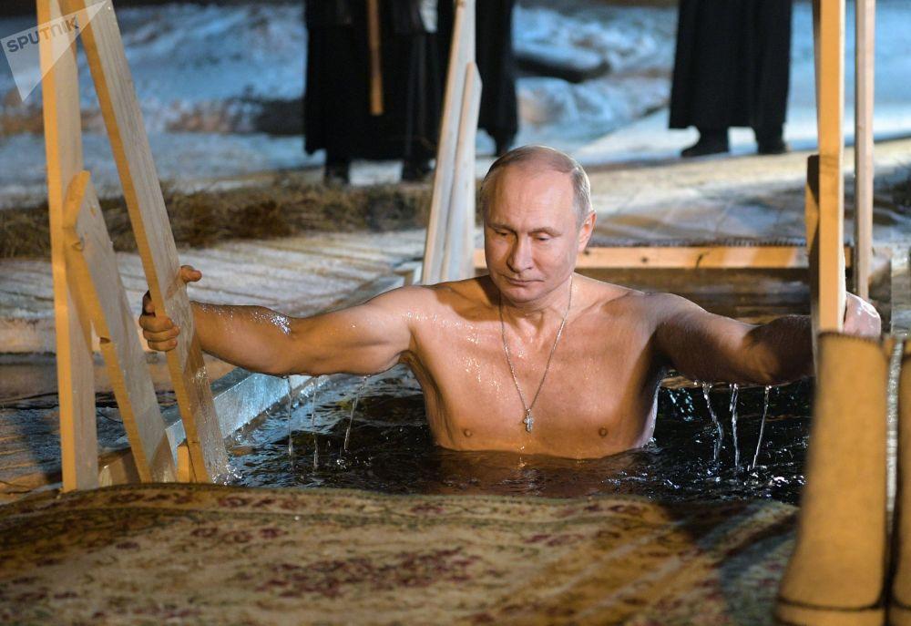 Presidente russo, Vladimir Putin, se banha em águas geladas na noite da Epifania do Senhor no mosteiro masculino perto do lago Seliger, na noite de 18 para 19 de janeiro de 2018
