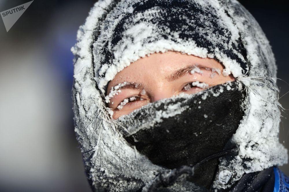 Participante da meia maratona natalina nos arredores da cidade russa de Ekaterinburgo