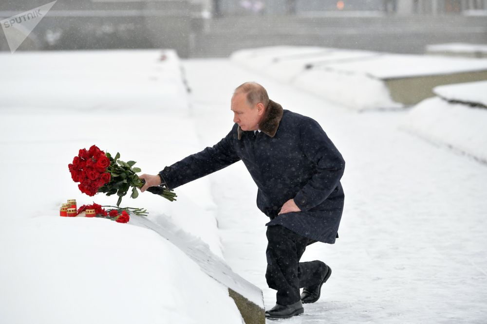 Presidente russo, Vladimir Putin, deposita flores em um monumento em São Petersburgo em homenagem ao 75º aniversário do rompimento do bloqueio nazista de Leningrado