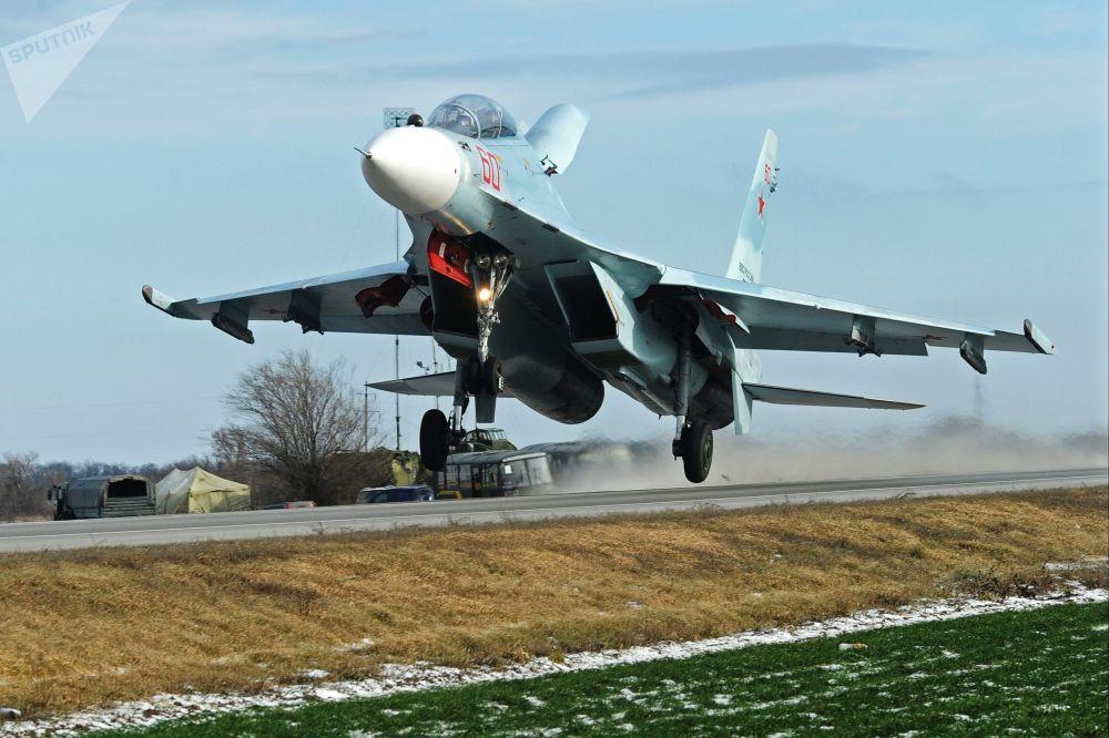 Caça pesado russo Su-30M2 efetua aterrissagem em uma rodovia na região de Rostov