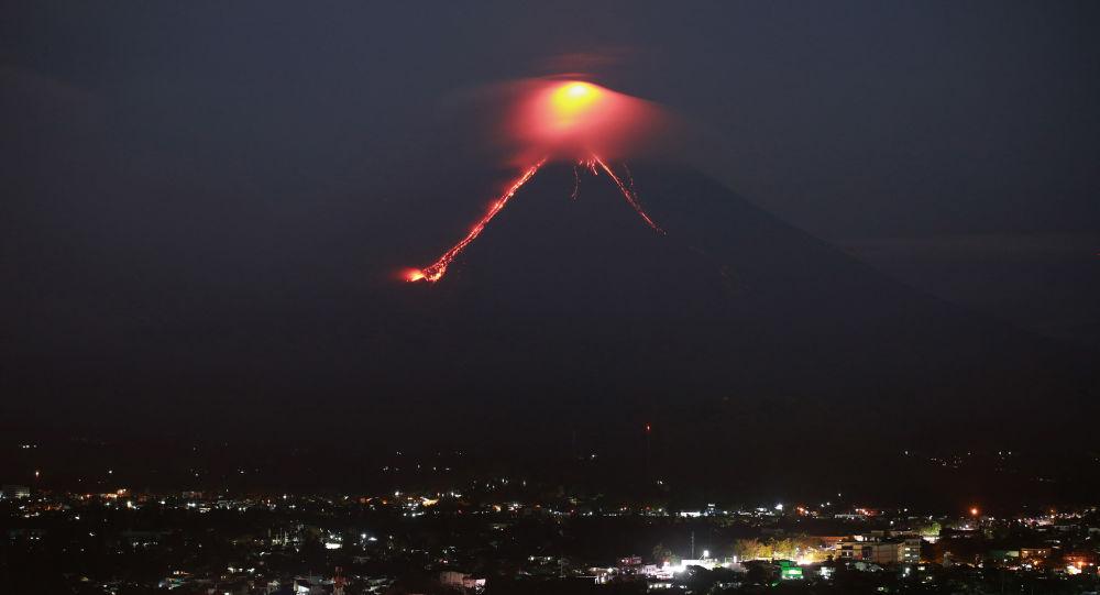 Vulcão Mayon lança jatos de lava e colunas de cinza gigantes (VÍDEOS)