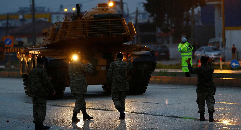 Tanques turcos chegam a uma base militar na cidade de Reyhanli, perto da fronteira com a Síria, em 17 de janeiro de 2018