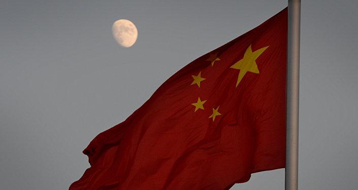 Bandeira chinesa com lua no fundo
