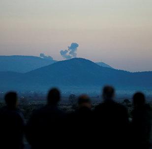 Fumaça sobre cidade síria de Afrin