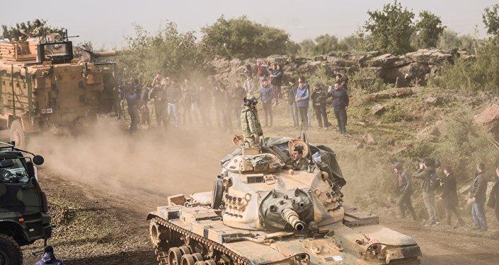 Soldados da oposição síria em frente a tropas turcas perto da fronteira síria na província de Hatay