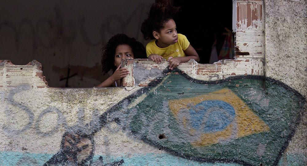 Garotas na favela de Manquinhos, no Rio de Janeiro, Brasil, assistem manifestação em prol da paz, exigindo o fim da violência entre traficantes e policiais (arquivo)