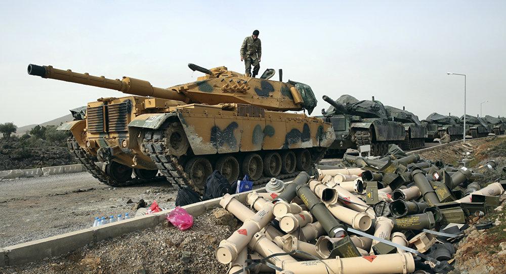 Soldados do exército turco preparando seus tanques na fronteira com a Síria