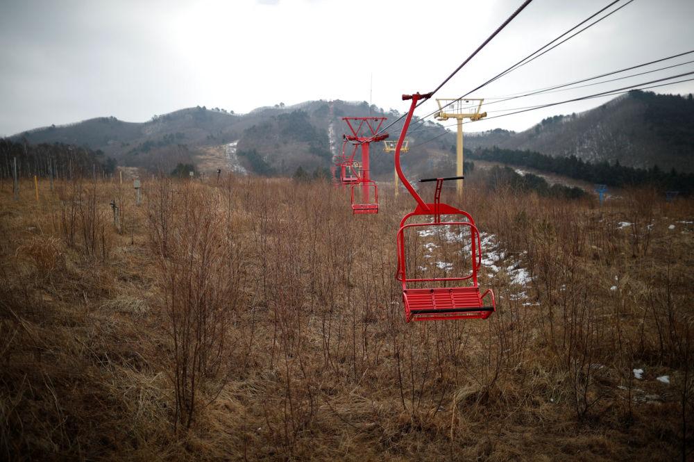 Teleféricos de esqui no resort Alps Ski, situado perto da zona desmilitarizada que separa as duas Coreias, na cidade sul-coreana de Goseong