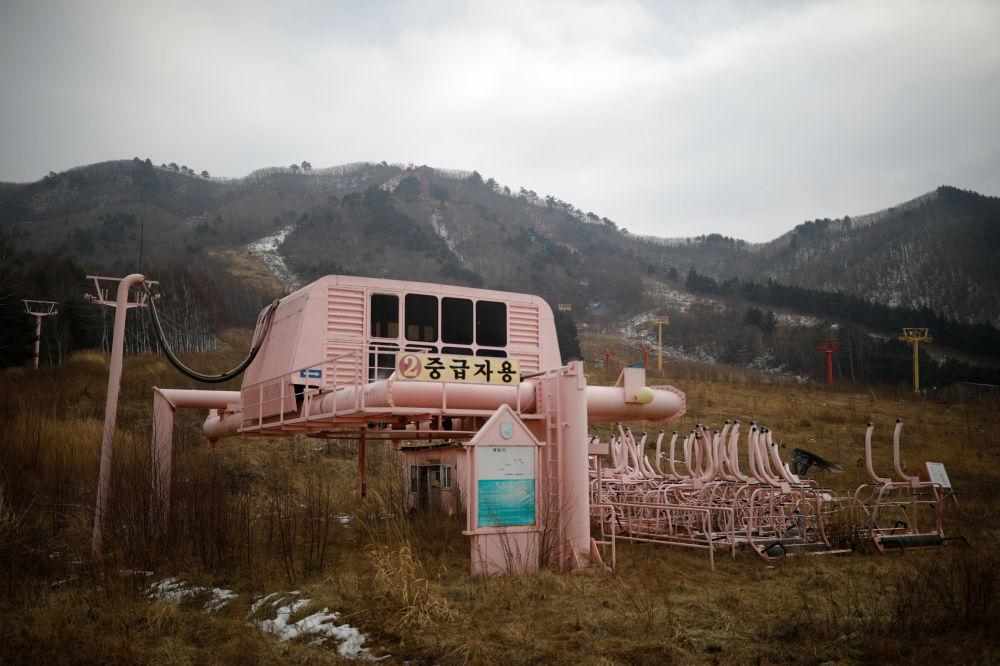 Estação de teleféricos de esqui abandonada no resort Alps Ski, situado perto da zona desmilitarizada que separa as duas Coreias, na cidade sul-coreana de Goseong