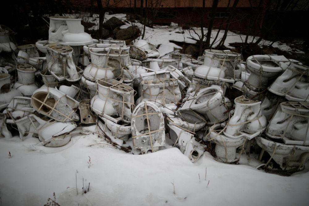 Vasos sanitários descartados no resort Alps Ski, situado perto da zona desmilitarizada que separa as duas Coreias, na cidade sul-coreana de Goseong