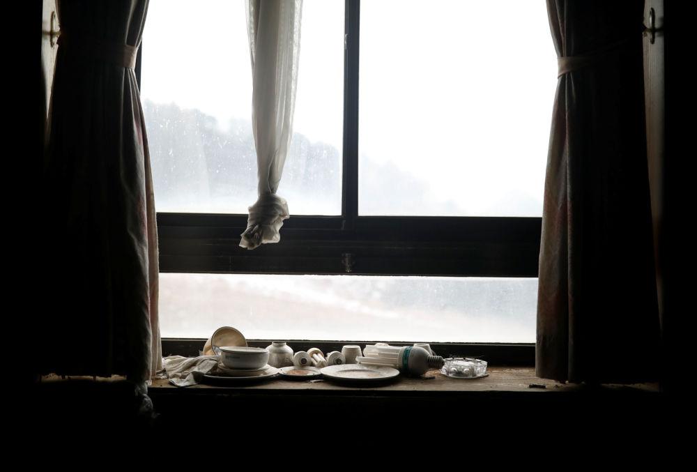 Lâmpadas de iluminação, tigelas e pratos no beiral da janela no resort Alps Ski, situado perto da zona desmilitarizada que separa as duas Coreias, na cidade sul-coreana de Goseong