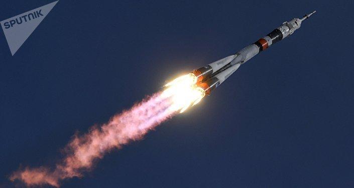 Lançamento de foguete portador Soyuz-FG transportando a nave Soyuz MS-04 do cosmódromo de Baikonur