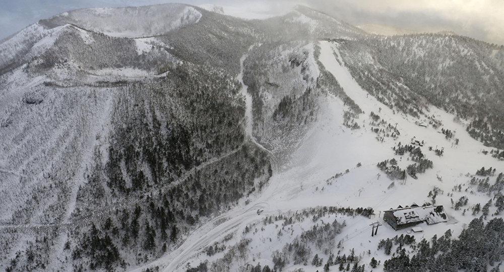 Uma estação de teleférico na qual esquiadores aguardavam resgate após vulcão nas montanhas Kusatsu-Shirane entrar em erupção.