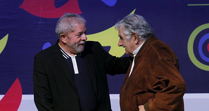 José Mujica e Lula durante conferência de Ciencias Sociais em Midellin, novembro de 2015
