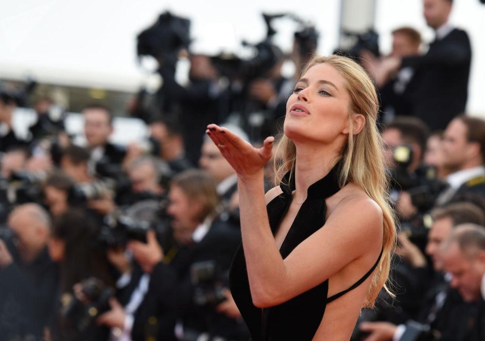 Modelo holandesa Doutzen Kroes aparece no tapete vermelho durante cerimônia de abertura do 69º Festival de Cannes