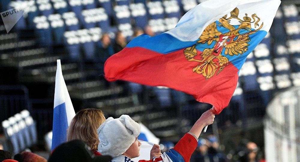 Fãs russos durante partida de hóquei entre seleções da Suíça e Rússia