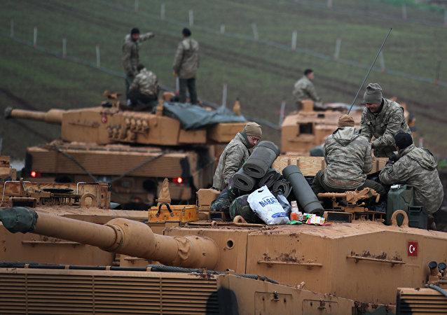 Soldados turcos no topo de seus tanques perto da fronteira turco-síria na província de Hatay