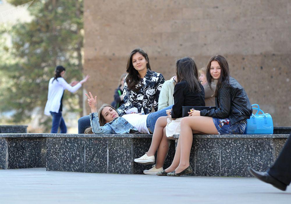 Jovens descansam no parque perto da Universidade Federal do Sul em Rostov-no-Don