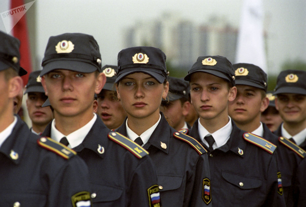 Cadetes do primeiro ano do Instituto do Ministério do Interior russo durante cerimônia de juramento de fidelidade à Pátria em 1999