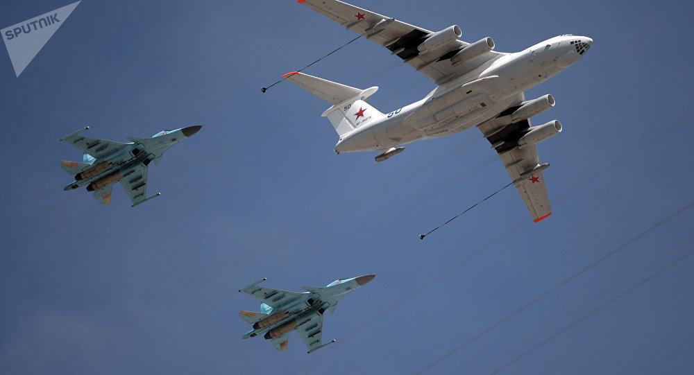 Il-78 tankolási sík és MiG-31 vadász-elfogó katonai felvonulás során