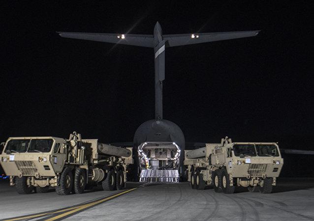 Camiões levando lançadores de mísseis dos EUA e outro equipamento para instalar o sistema de defesa antimíssil THAAD na base aérea de Pyeongtaek, Coreia do Sul