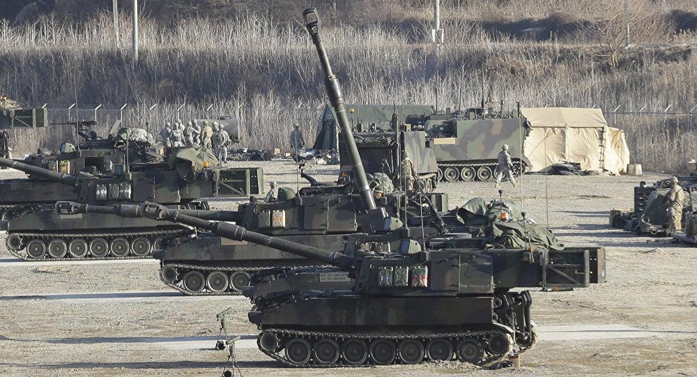 Obuseiros autopropulsados do exército norte-americano durante os exercícios conjuntos com a Coreia do Sul em Pocheon