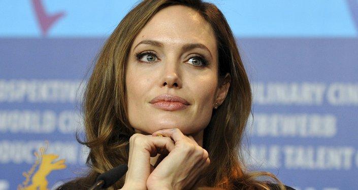 A atriz e diretora norte-americana Angelina Jolie participa de uma coletiva de imprensa para promover o filme The Land Of Blood And Honey no 62º Festival Internacional de Cinema de Berlim, em Berlim, nesta foto de arquivo de 11 de fevereiro de 2012