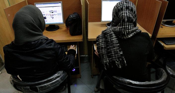 Mulheres iranianas utilizam computador em Teerã.
